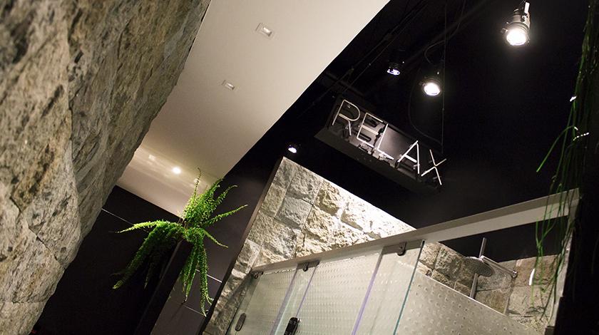 Aparece em todos os lugares! Até mesmo nos banheiros, inspirados no clima de cachoeiras, oferecem arquitetura acolhedora, com pedras naturais e cascatas